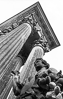 Potsdam, parco di Sanssouci. All'ingresso est, colonne corinzie e la statua in arenaria di Pomona, dea dei frutti --- Potsdam, Sanssouci Park. At the east entrance, Corinthian columns and the sandstone statue of Pomona, the goddess of fruit
