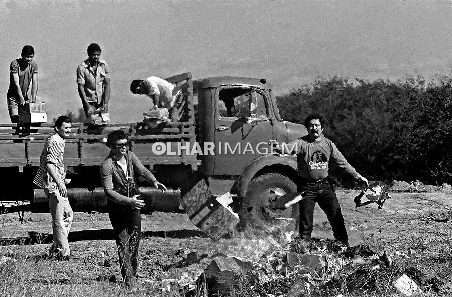 Queima de arquivos da ditadura militar por agentes do DOPS gaucho. Porto Alegre. Rio Grande do Sul. 1982. Foto de Luiz Achutti.