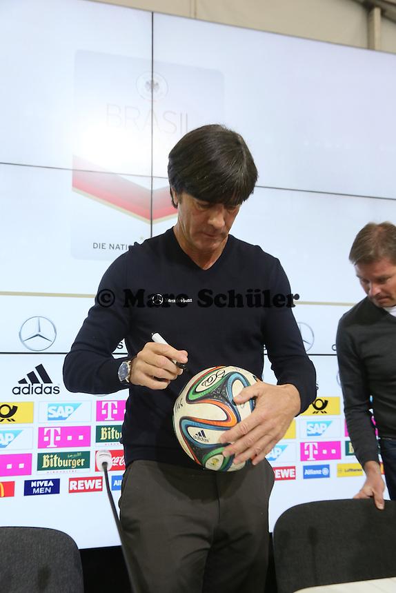 Bundestrainer Joachim Löw gibt Autogramme auf dem WM-Ball brazuca  - Pressekonferenz der Deutschen Nationalmannschaft gegen die U20 zur WM-Vorbereitung in St. Martin