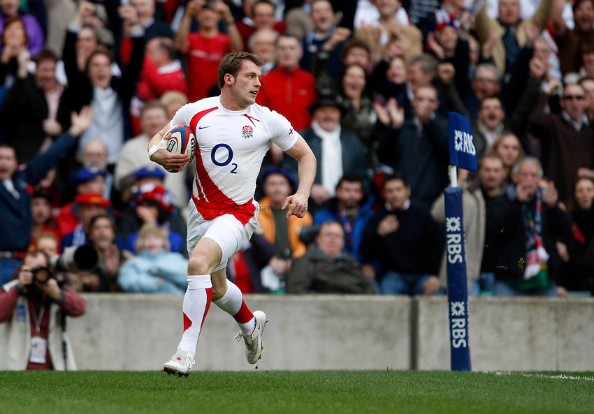 Photo: Richard Lane/Richard Lane Photography. England v France. RBS Six Nations Championship. 15/03/2009.  England's Mark Cueto runs in for a try.