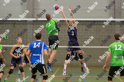 2016-10-15 / Volleybal/ seizoen 2016-2017 / Mendo - Topsportschool / D'heer Wout ( 3. Topsportschool) probeert de smash van Gijsemans Wouter (Mendo) te onderscheppen ,Foto: Mpics.be