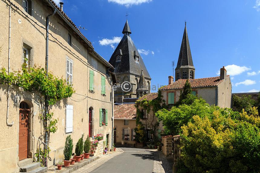 France, Haute-Vienne (87), le Dorat, rue vers la collégiale Saint-Pierre du Dorat // France, Haute Vienne, le Dorat, street near Saint Pierre du Dorat church