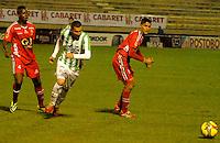 TUNJA -COLOMBIA, 19-04-2014. Jonathan Segura (Izq) y Hugo Bolaños (Der) de Patriotas FC disputan el balón con Luis Alfonso Paez (C) del Atletico Nacional durante partido válido por la fecha 18 de la Liga Postobón I 2014 realizado en el estadio La Independencia en Tunja./ Jonathan Segura (L) and Hugo Bolaños (R) of Patriotas FC struggles the ball with Luis Alfonso Paez (C) of Atletico Nacional during match valid for the 18th date of Postobon  League I 2014 at La Libertad stadium in Tunja. Photo: VizzorImage/Jose Miguel Palencia/STR