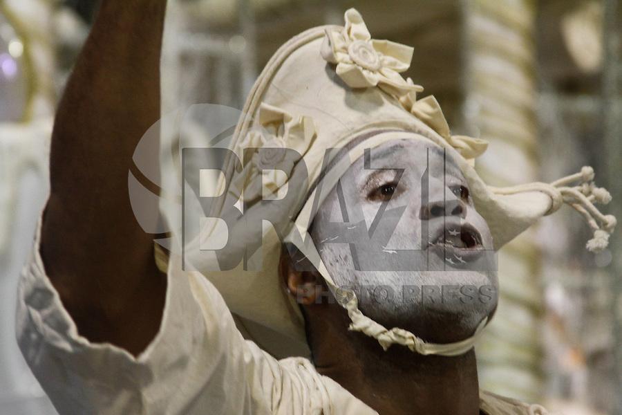 SAO PAULO, SP, 11 FEVEREIRO 2013 - CARNAVAL SP - PÉROLA NEGRA - Integrantes da escola de samba Pérola Negra  durante desfile  do Grupo de Acesso no Sambódromo do Anhembi na região norte da capital paulista, neste domingo, 11 (FOTO:  LOLA OLIVEIRA / BRAZIL PHOTO PRESS).