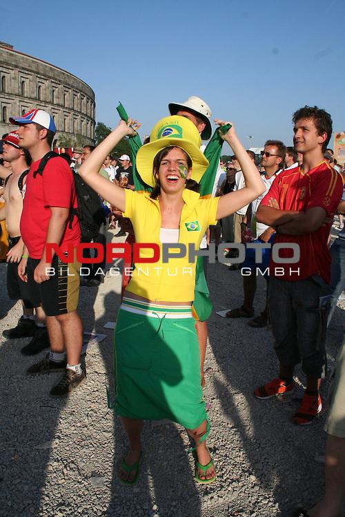FIFA WM 2006 -  Fan Fest Nuernberg<br /> (Volksfestplatz)<br /> <br /> Brasilien - Frankreich<br /> <br /> Weiblicher Brasilien Fan *** Local Caption ***