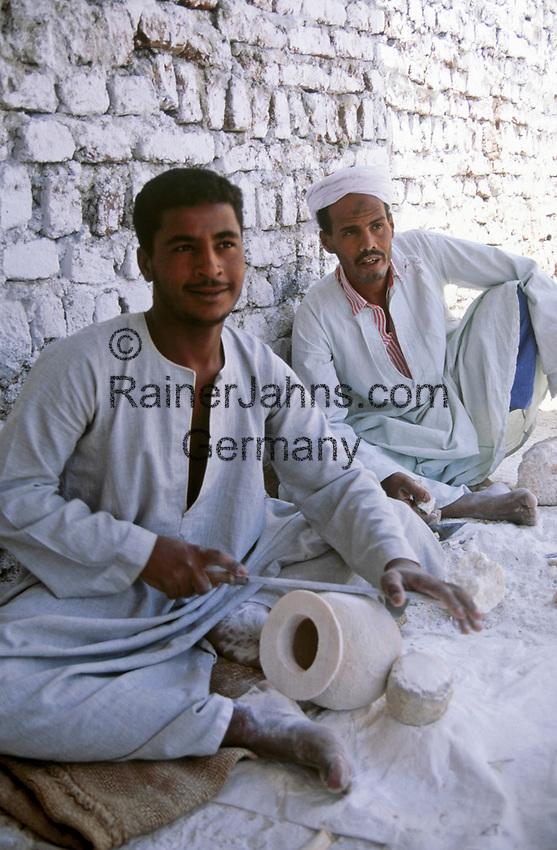 EGY, Aegypten, Luxor: Kunsthandwerker | EGY, Egypt, Luxor: craftspeople