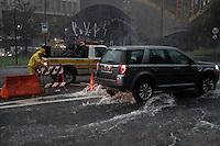 SÃO PAULO,SP,24.01.2014 - CHUVA CENTRO -  A forte chuva quw caiu na tarde de hoje deixou parceamente alagado Av.Prestes Maia na entrada do tunel Anhangabau na região central,Fucnionarios da CET fecharam o Tunel que ficou alagado.(Foto Ale Vianna/Brazil Photo Press).