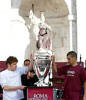 La Coppa della Champions League viene esposta in Piazza del Campidoglio, a Roma, 21 aprile 2009, in occasione del Natale di Roma. La finale del torneo verra' disputata allo stadio Olimpico il prossimo 27 maggio..The Champions League trophy is exposed in Piazza del Campidoglio square, in Rome, 21 april 2009, in occasion of the 2762nd anniversary of the founding of Rome. Rome's Olympic stadium will be hosting the upcoming next 27 May, 2009.UPDATE IMAGES PRESS/Riccardo De Luca