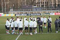 Bundestrainer Joachim Löw gibt seiner Mannschaft Anweisungen - Training der Deutschen Nationalmannschaft in Beriln, Wurfplatz