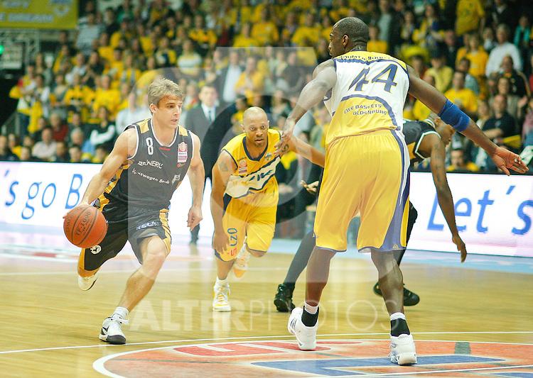 16.05.2010, EWE Arena, Oldenburg, GER, 1.BBL, Playoffs, 1. Runde, 3. Spiel, EWE Baskets vs New Yorker Phantoms Braunschweig, im Bild: Heiko Schafartzik (Phantoms Braunschweig - GER #8 Guard) vs Ruben Boumtje Boumtje (EWE Baskets - CMR #44 Center), hinten l?uft Jason Gardner (EWE Baskets - USA #22 Guard), Foto © nph (  nordphoto  ). *** Local Caption *** Fotos sind ohne vorherigen schriftliche Zustimmung ausschliesslich f¸r redaktionelle Publikationszwecke zu verwenden...Auf Anfrage in hoeherer Qualitaet/Aufloesung