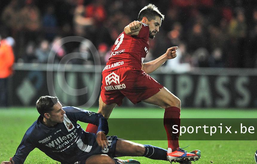 KV Kortrijk - RAEC Mons Bergen : Romain Reynaud in duel om de bal met Arnor Angeli (liggend).foto VDB / BART VANDENBROUCKE