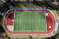 Billtalstadion: EUROPA, DEUTSCHLAND, HAMBURG, BERGEDORF (EUROPE, GERMANY), 26.02.2012: Das Billtalstadion ist ein Sportplatz in der Freien und Hansestadt Hamburg im Stadtteil Bergedorf. Es bietet rund 30.000 unueberdachte Plaetze wovon jedoch nur 300 Sitzplaetze sind. Das Billstadion wurde 1950 erbaut. Erst 2009 begann eine grundlegende Sanierung der Anlage. Der Grandplatz wurde durch einen Kunstrasen ersetzt, ausserdem fand eine Modernisierung der Sitzbaenke, Treppen, und der Flutlichtanlage statt. Eine Besonderheit dieses Stadions ist, dass das Spielfeld und die Aschenbahn in einer Senke liegen, waehrend die Zuschauerraenge in den Hang eingelassen sind. Der Name leitet sich aus dem nahegelegenen Fluss Bille ab. Billtalstadion,  Aufwind-Luftbilder  - Stichworte:.