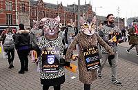 Nederland - Amsterdam - 2020.  De FNV roept vandaag op Fat Cat Day de veertien meest invloedrijke CEO's van ons land op om zich uit te spreken voor een hoger minimumloon. De meeste van deze CEO's hebben op 5 januari al het bedrag verdiend waar een minimumloner een heel jaar voor moet werken. Veertien mensen in kattenpakken lopen vandaag vanaf het Centraal Station in Amsterdam naar het Beursplein.   Foto mag niet in negatieve / schadelijke context voor de gefotografeerde actievoerders gepubliceerd worden.      Foto Berlinda van Dam / Hollandse Hoogte