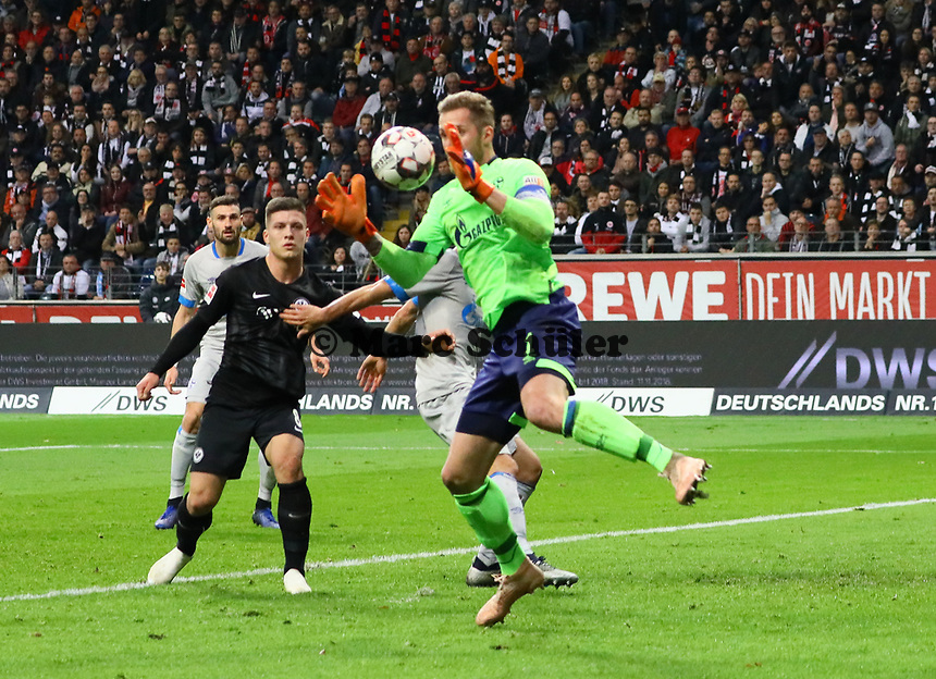 Torwart Ralf Fährmann (FC Schalke 04) laesst den Ball fallen - 11.11.2018: Eintracht Frankfurt vs. FC Schalke 04, Commerzbank Arena, DISCLAIMER: DFL regulations prohibit any use of photographs as image sequences and/or quasi-video.
