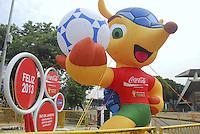 RIO DE JANEIRO, RJ 15 DE JANEIRO 2013- MASCOTE FULECO EM FRENTE AO MARACANA -  Fuleco, mascote oficial da Copa do Mundo em frente ao estádio do Maracanã. É uma exposição itinerante do mascote que agora vai para o Piscinão de Ramos na zona norte da cidade Fluminense..FOTO RONALDO BRANDÃO / BRAZIL PHOTO PRESS