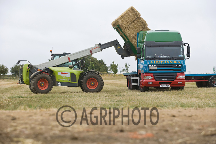 Barley straw being loaded on to a lorry..Picture Tim Scrivener date taken 16th July  2011 mobile 07850 303986 e-mail tim@agriphoto.com.....covering Agriculture in The United Kingdom.....