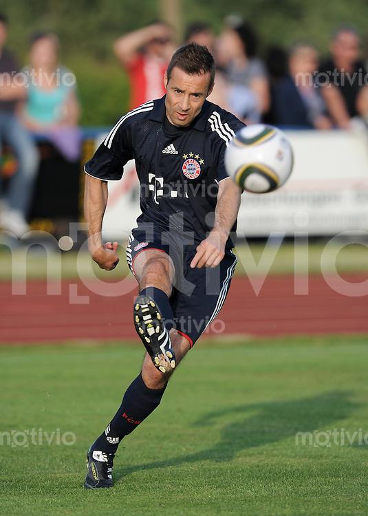 FUSSBALL HUGO BOSS   Charityturnier 2011/Benefizspiel  06.05.2011 HUGO BOSS  - FC Bayern Muenchen Allstars Kai Pflaume  (FCB Allstars) am Ball