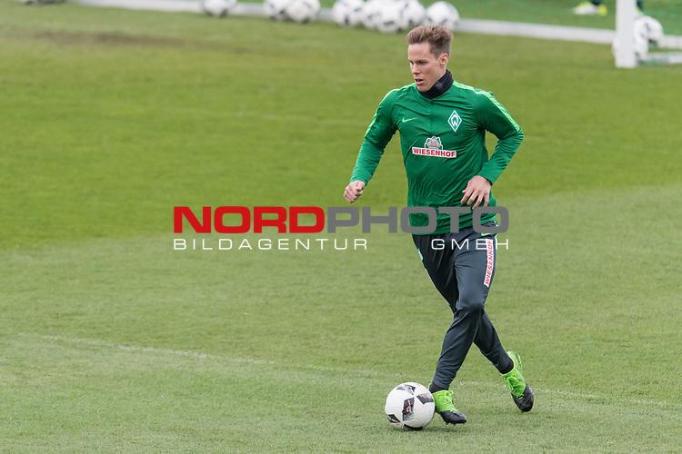 28.04.2017, Trainingsgelaende, Bremen, GER, 1.FBL, Training Werder Bremen<br /> <br /> im Bild<br /> Niklas Moisander (Bremen #18) am Ball, <br /> <br /> Foto &copy; nordphoto / Ewert