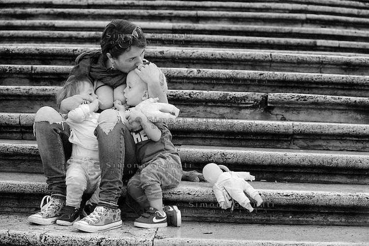 Roma, 3 Ottobre 2015<br /> Mamma allatta contemporaneamente due bambine.<br /> Mamme allattano al seno in un flash mob a Piazza di Spagna durante la settimana mondiale per promuovere e difendere l'allattamento al seno.<br /> Allattamento e lavoro.<br /> L'iniziativa &egrave; promossa da MAMI, Movimento Allattamento Materno Italiano<br /> Flash mob with breastfeeding collective to promote breastfeeding.