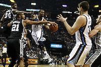 MEM13. TENNESSEE (EE.UU.), 25/04/2011.- Los jugadores de Spurs Antonio McDyess (i), Tim Duncan (2-i) y Manu Ginobili (d) defienden ante Mike Conley (c) y Marc Gasol (2-d), de Grizzlies, hoy, lunes 25 de abril de 2011, en un partido de los cuartos de final de la NBA disputado en el FedExForum de Memphis (EEUU). EFE/MIKE BROWN/PROHIBIDO SU USO PARA CORBIS..