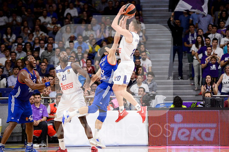 Real Madrid's Jaycee Carroll and Anadolu Efes's Dogus Balbay during Turkish Airlines Euroleague match between Real Madrid and Anadolu Efes at Wizink Center in Madrid, April 07, 2017. Spain.<br /> (ALTERPHOTOS/BorjaB.Hojas)
