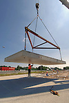 UTRECHT - Op knooppunt Oudenrijn plaatsen medewerkers van Heijmans Infrastructuur betonkoppen op de onlangs geslagen heipalen als onderdeel van een nieuw, experimenteeel wegdek, ModieSlab. Het door Heijmans Infrastructuur, Betonson en ingenieursbureau Arcadis ontwikkelde asfalt bestaat uit een prefab-betonplaat met een toplaag van 'zeer open cement beton' die op een fundering van palen wordt gelegd.  Het wegvak wordt als proef aangelegd in opdracht van Rijkswaterstaat's project Wegen naar de Toekomst, en moet aantonen dat snelwegen niet alleen sneller kunnen worden aangelegd maar eveneens geluidsstilller.COPYRIGHT TON BORSBOOM.