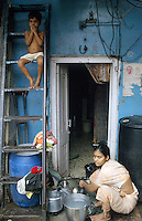 "Südasien Asien Indien IND Asien Indien Megacity Metropole Mumbai Bombay .Menschen leben in Hütten im Slum Dharavi Daravi  - Städtewachstum Haus Häuser Hochhaus Hütten wohnen Notunterkunft Wohnraum Mieten Miete urban Verslumung Slums Migration vom Land Armut Elend Urbanes Leben Slumbewohner Slum Wasser Obdachlose Obdachlosigkeit Hygiene Seuchen Cholera Kontrast Kinder Urbanisierung Slumabriß abreissen Vertreibung sozial soziale Konflikt Inder indisch xagndaz | .South Asia India Mumbai Bombay .huts of migrants from rural villages in suburban slum Dharavi  - Migration poverty misery slums water poor migration from villages living in huts in slum in megacity metropole slum dweller construction housing city growth water health slum demolition .| [ copyright (c) Joerg Boethling / agenda , Veroeffentlichung nur gegen Honorar und Belegexemplar an / publication only with royalties and copy to:  agenda PG   Rothestr. 66   Germany D-22765 Hamburg   ph. ++49 40 391 907 14   e-mail: boethling@agenda-fototext.de   www.agenda-fototext.de   Bank: Hamburger Sparkasse  BLZ 200 505 50  Kto. 1281 120 178   IBAN: DE96 2005 0550 1281 1201 78   BIC: ""HASPDEHH"" ,  WEITERE MOTIVE ZU DIESEM THEMA SIND VORHANDEN!! MORE PICTURES ON THIS SUBJECT AVAILABLE!! INDIA PHOTO ARCHIVE: http://www.visualindia.net ] [#0,26,121#]"