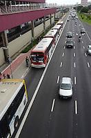 SAO PAULO, 16 DE MAIO DE 2012 - CHOQUE DE TRENS METRO LINHA VERMELHA SP - Devido ao acidente entre dois trens que se chocaram na manha de hoje entre as estacoes Carrao e Penha da linha vermelha, os trens estavam fazendo o trajeto sentido leste somente ate a estacao Tatuape. Os usuarios tiveram que fazer o trajeto a partir desta estacao de onibus e outros meios de transporte.  FOTO:ALEXANDRE MOREIRA - BRAZIL PHOTO PRESS
