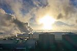 Foto: VidiPhoto<br /> <br /> BEMMEL &ndash; Kwekers en telers in het kassengebied NEXTgarden in Bemmel bij Arnhem, het voormalige Bergerden, moeten op dit moment flink stoken om hun kassen warm te houden. Door de vorst &rsquo;s nachts en de kou overdag draaien de verwarmingsketels overuren. En van vanuit de lucht ziet dat er allemaal vrij spectaculair en vervuilend uit. Toch wordt er in het ontwikkelingsgebied van 735 ha. voor de tuinbouw met ruim 230 bedrijven, hard gewerkt aan een emissievrije teelt. Het is nu al de tuinbouwregio met het grootste warmtenet en CO2-koppeling. Bovendien heeft NEXTgarden het grootste drijvende zonnepark van ons land en een eigen biomassacentrale. Het moet van de provincie Gelderland het eerste klimaatneutrale tuinbouwgebied van Nederland worden.