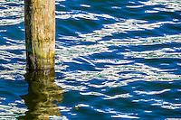 Solreflexer i vågor med träpåle
