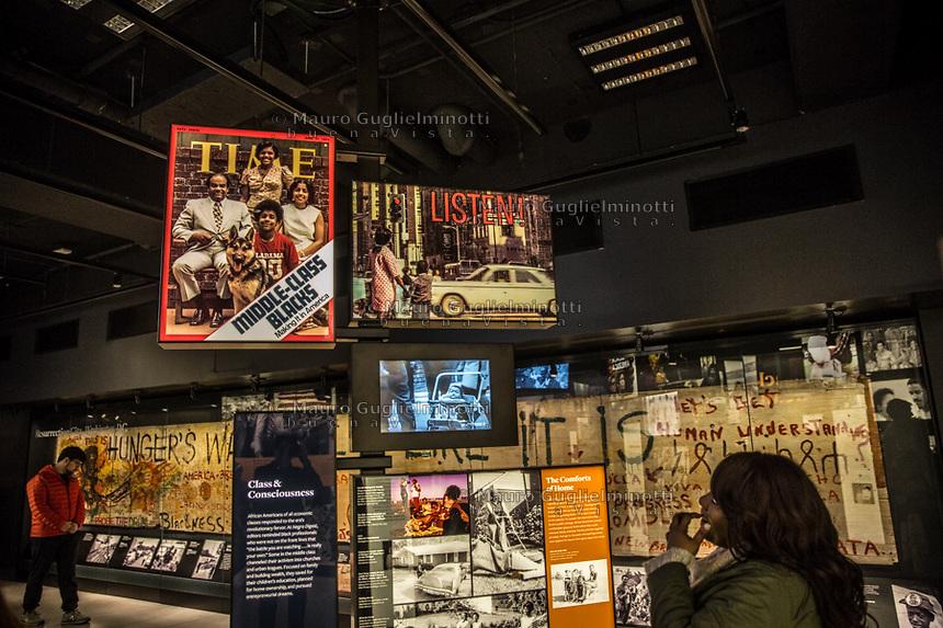 Washington- National Museum of African American History and Culture Washington- National Museum of African American History and Culture<br /> una ragazza osserva immagini di middle class di colore