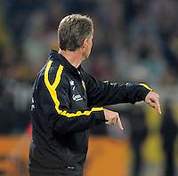Fussball, 2. Bundesliga, Saison 2011/12, SG Dynamo Dresden - Eintracht Frankfurt, Montag (26.09.11), gluecksgas Stadion, Dresden. Dresdens Trainer Ralf Loose gestikuliert.