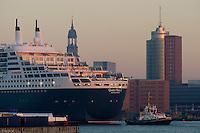 4415/ Queen Mary 2: EUROPA, DEUTSCHLAND, HAMBURG, (EUROPE, GERMANY), 09.11.2005: Am 09.11.2005 besuchte die Queen Mary 2 Hamburg, um bei Blohm & Voss Reparaturen durchzufuehren. Sie ist mit 345 m das groesste Passagierschiff der Welt. Durch zu niedrigen Wasserstand der Elbe, Tiedehafen, musste das Passagierschiff eine Nacht am Strandkai anlegen und auf die naechste Flut warten. Bei Sonnenaufgang ging die kurze Fahrt vorbei an Hamburgs Skyline. Vorbei am Michel, St. Michelis,  HTC, Hanseatic Trade Center