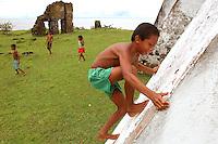 Crianças brincas em ruínas de igreja Jesuita em  Joanes.<br /> Ilha de Marajó, Salvaterra, Pará, Brasil.<br /> 06/05/2006<br /> Foto Paulo Santos/Interfoto