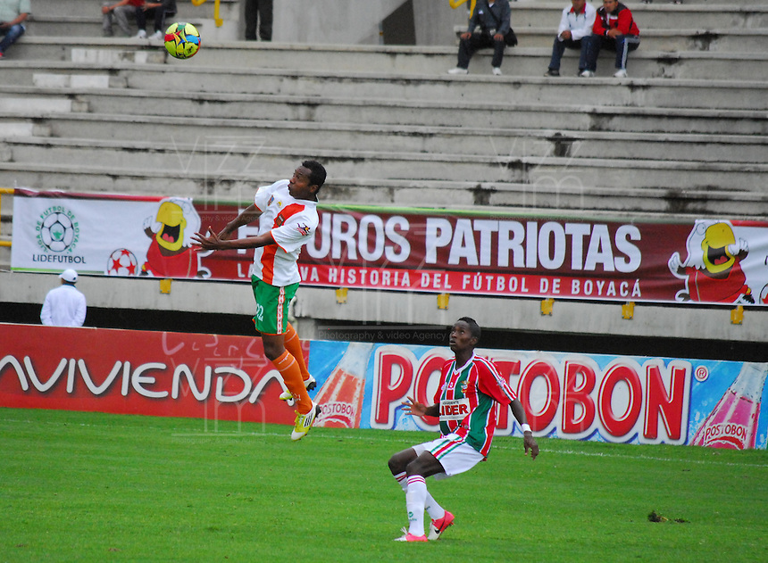 TUNJA -COLOMBIA. 26-05-2013. Jamillackson Palacios (Der) de Patriotas FC disputa el balón con Fredy Hurtado (Izq) del Envigado durante partido de la fecha 17 Liga Postobón 2013-1./ Jamillackson Palacios (R) of Patriotas FC fights for the ball with Fredy Hurtado (L) of Envigado during match of the 17th date of Postobon  League 2013-1.  (Photo: VizzorImage/José Palencia/Staff)
