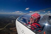 Cockpit: AFRIKA, SUEDAFRIKA, 19.12.2007: Suedafrika,  Gariep, Flugzeug, Segelflugzeug, fliegen, Karoo, Wueste, Cockpit, Mann, Aussenansicht, Haube, Duo Diskus, Doppelsitzer,  Instrumente, Luftbild, Luftansicht, Aufwind-Luftbilder