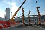 Installazione della scultura di Tony Cragg 'Punti di vista' nella Piazza Olimpica di Torino..Raising up of the Tony Cragg's sculpture 'Point of view' in the Olympic Square in Turin.