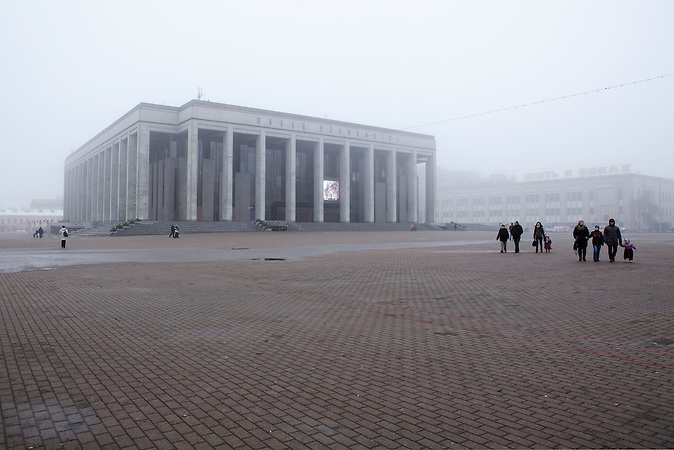 Palast der Republik in Minsk auf dem Oktoberplatz / Palace of the Republic in Minsk, located on the October Square.