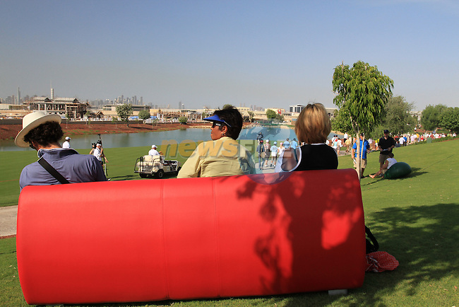 Spectators make themselves comfortable near the 6th hole during the opening round of Day 1 at the Dubai World Championship Golf in Jumeirah, Earth Course, Golf Estates, Dubai  UAE, 19th November 2009 (Photo by Eoin Clarke/GOLFFILE)
