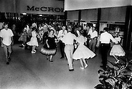 Cape Kennedy, FL - July 16, 1969<br /> The night that preceded the departure of Apollo XI from Kennedy Space Center to the Moon was an ongoing party. Some people danced the night away.  The least resilient collapsed and finally went to sleep around 5am. The takeoff happened at 9:32 am on July 16, 1969 under a torrid sun.<br /> Cape Kennedy, Floride, 16 juillet 1969.<br /> La nuit pr&eacute;c&eacute;dant le d&eacute;part d&rsquo;Apollo XI,  les motels de la r&eacute;gion sont envahis, la plupart des gens venus pour voir le lancement ne vont pas dormir et vont danser toute la nuit. L&rsquo;Am&eacute;rique vit une grande page de son histoire.