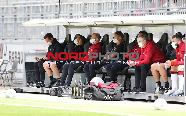 nph00001  17.05.2020 --- Fussball --- Saison 2019 2020 --- 2. Fussball - Bundesliga --- 26. Spieltag: FC Sankt Pauli - 1. FC Nürnberg ---  DFL regulations prohibit any use of photographs as image sequences and/or quasi-video - Only for editorial use ! --- <br /> <br /> Betreuer mit Mundschutz <br /> <br /> Foto: Daniel Marr/Zink/Pool//via Kokenge/nordphoto