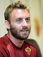 "Calcio: il centrocampista della Roma Daniele De Rossi tiene una conferenza stampa al centro sportivo ""Fulvio Bernardini"" di Trigoria, Roma, 21 agosto 2012..Italian Football: AS Roma midfielder Daniele De Rossi attends a press conference at the ""Fulvio Bernardini"" club's sporting center on the outskirts of Rome, 21 August 2012..UPDATE IMAGES PRESS/Riccardo De Luca"