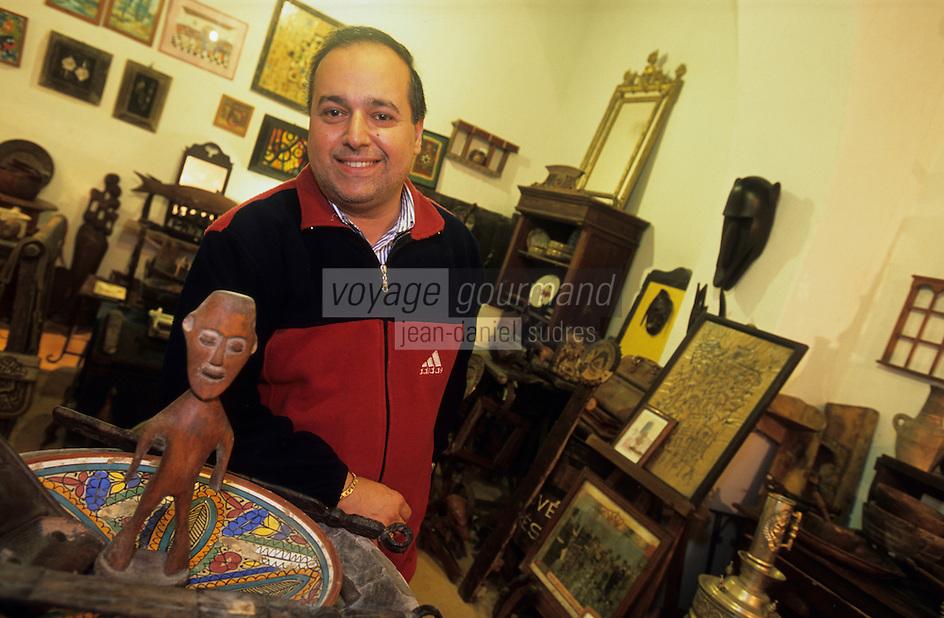 Afrique/Maghreb/Maroc/Essaouira : Joseph Sebag dans sa galerie Aïda 2 rue de la Skala