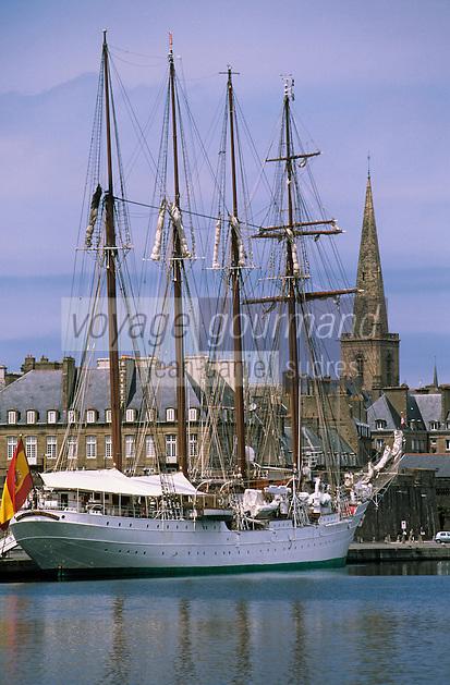 Europe/France/Bretagne/Ille et Vilaine/St Malo: Quatre mats au port dans le bassin Vauban devant la Ville Close