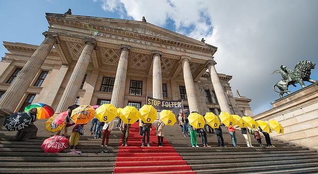 Im Rahmen der internationalen &quot;STOP FOLTER&quot; Kampagne veranstaltete die Menschenrechtsorganisation Amnesty International am Samstag den 27. September 2014 vor dem Konzerthaus am Gendarmenmarkt in Berlin-Mitte einen Flashmob.<br /> Mitglieder von Amnesty stellten sich auf die Treppe zum Konzerthaus und hielten gelbe Regenschirme auf denen &quot;Stop Torture&quot; stand. Unterstuetzer der Aktion kamen mit eigenen Regenschirmen und stellten sich dazu.<br /> 27.9.2014, Berlin<br /> Copyright: Christian-Ditsch.de<br /> [Inhaltsveraendernde Manipulation des Fotos nur nach ausdruecklicher Genehmigung des Fotografen. Vereinbarungen ueber Abtretung von Persoenlichkeitsrechten/Model Release der abgebildeten Person/Personen liegen nicht vor. NO MODEL RELEASE! Don't publish without copyright Christian-Ditsch.de, Veroeffentlichung nur mit Fotografennennung, sowie gegen Honorar, MwSt. und Beleg. Konto: I N G - D i B a, IBAN DE58500105175400192269, BIC INGDDEFFXXX, Kontakt: post@christian-ditsch.de<br /> Urhebervermerk wird gemaess Paragraph 13 UHG verlangt.]