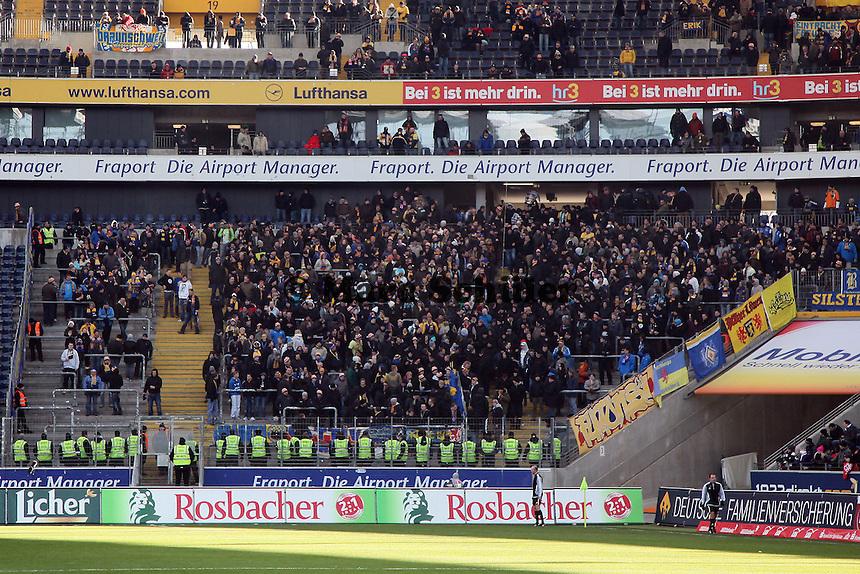 Viele Security Mitarbeiter bei den Fans aus Braunschweig