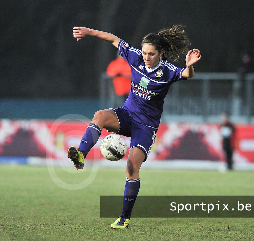 Waasland Beveren Sinaai Girls - RSC Anderlecht : Laurence Marchal aan de bal.foto DAVID CATRY / Nikonpro.be