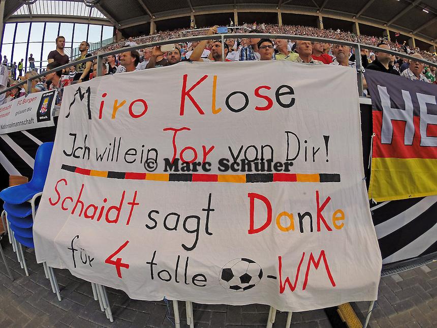 Fans grüßen Miroslav Klose - Deutschland vs. Armenien in Mainz
