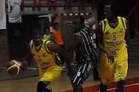 MEDELLÍN -COLOMBIA-23-04-2013. Brandon Crawford  (c) de Academia disputa el balón con Stalin Ortiz (i) y Newsome Reque (d) de Bambuqueros durante partido de la fecha 4 fase II de la  Liga Direct TV de baloncesto Profesional de Colombia realizado en el coliseo de la Universidad de Medellín./ Brandon Crawford (c) of Academia fights for the ball with Stalin Ortiz (l) and Newsome Reque (r) of Bambuqueros during match of the 4th date phase II of  DirecTV professional basketball League in Colombia at Universidad de Medellin coliseum. Photo: VizzorImage/Luis Ríos/STR