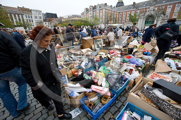 BRUSSELS - BELGIUM - 21 OCTOBER 2008 -- People searching for useful stuff at the flea-marked Jeu de balle. Photo: Erik Luntang/EUP-IMAGES